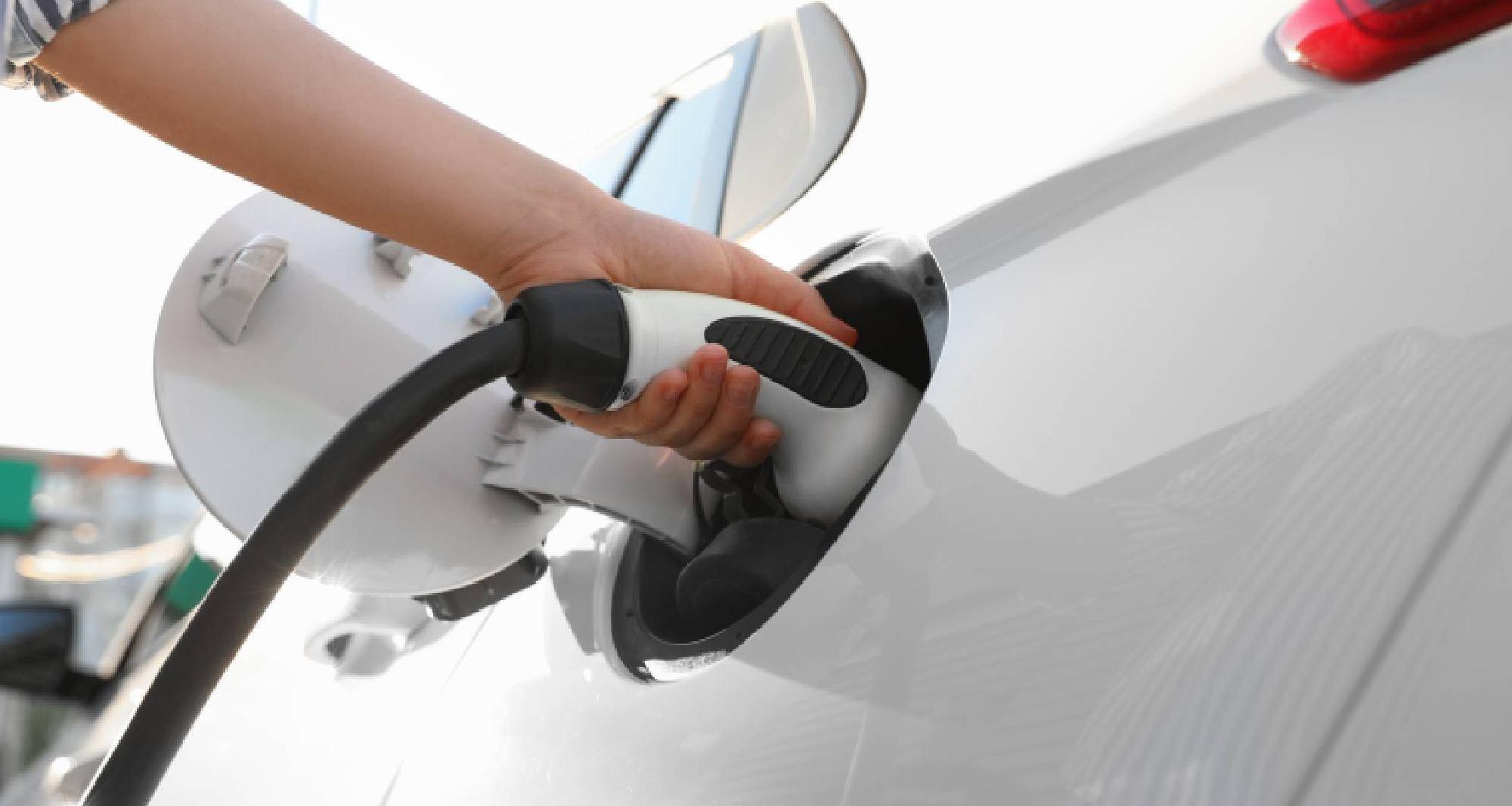 Décarbonation et transition énergétique : la voiture électrique est-elle toujours le choix évident ?